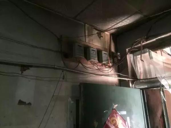 Ổ cắm điện đều đã cũ hết, dây điện chằng chịt nhìn rất mất thẩm mỹ.
