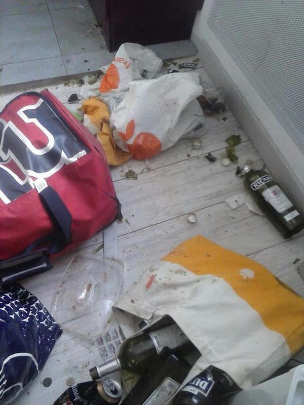 Nếu không nói thì có ai biết được đây là sàn nhà chứ không phải bãi rác?