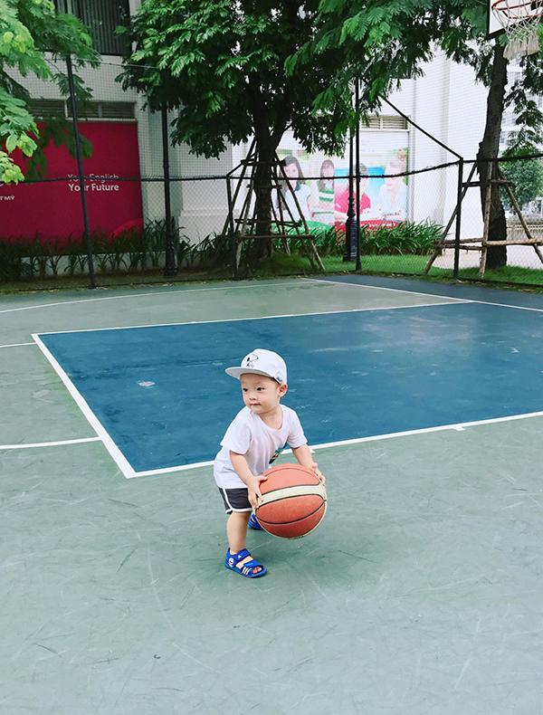 Các fan đua nhau khen bé Khoai Tây đẹp trai, dễ thương. Bên cạnh đó, cũng có nhiều người mách nước cho Khánh Ly cách trị ho hiệu quả cho con trai.