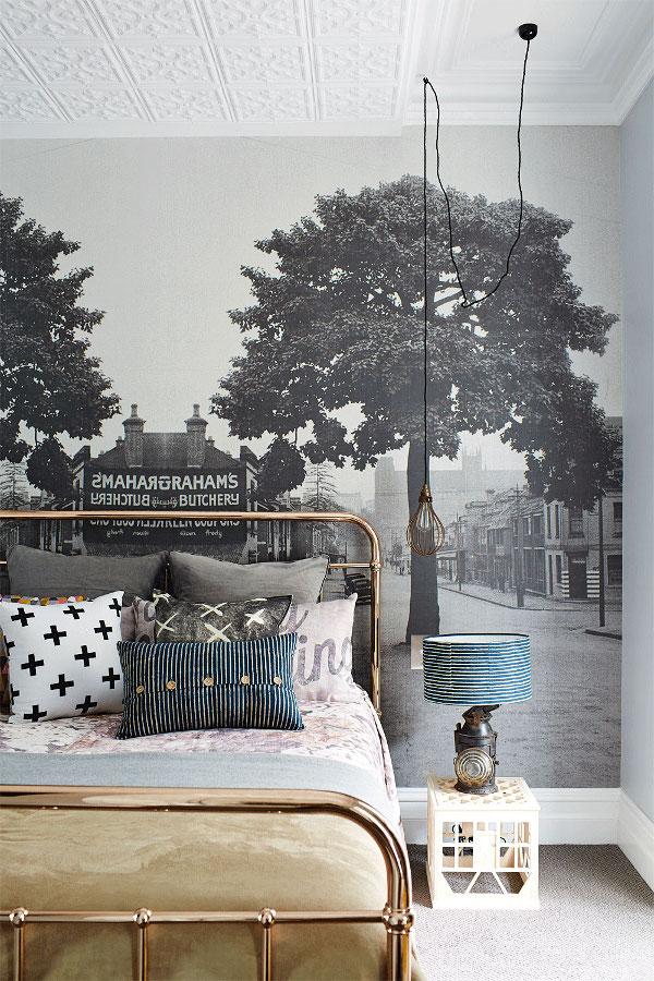 3. Kiểu giường ngủ khung kim loại hoàn toàn hòa hợp với bức tranh tường phía sau và cả những món đồ trang trí trong phòng. Tất cả đều mang đến nét cổ điển, sang trọng cho nơi này.