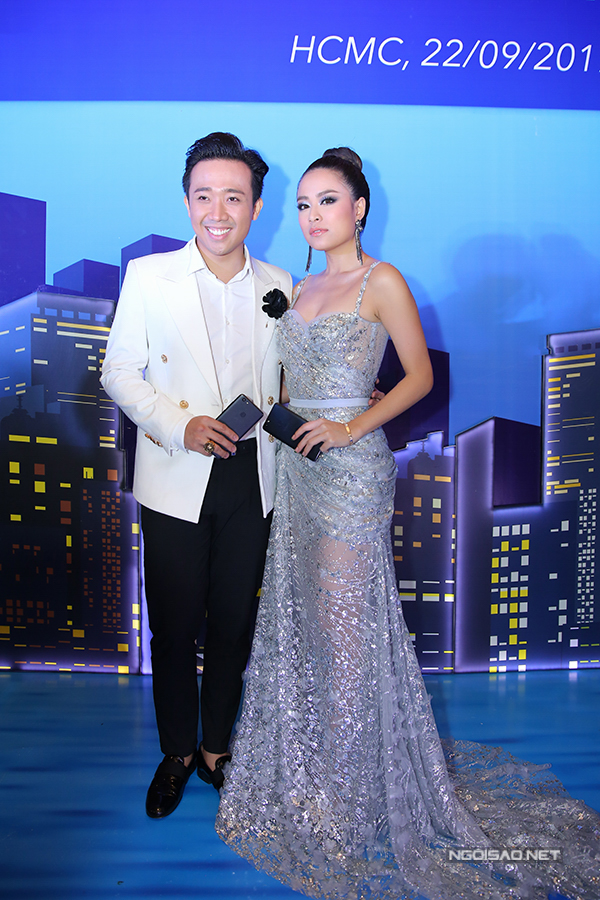 Chàng MC tình tứ ôm eo, chụp ảnh cùng Hoàng Thùy Linh trong sự kiện.