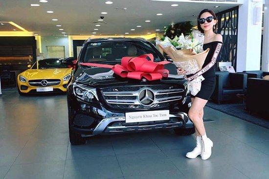 Đầu năm 2017, Tóc Tiên chi khoảng 2 tỷ đồng tậu xe Mercedes-Benz GLC 4Matic màu đen bóng vô cùng sang chảnh đón Tết.