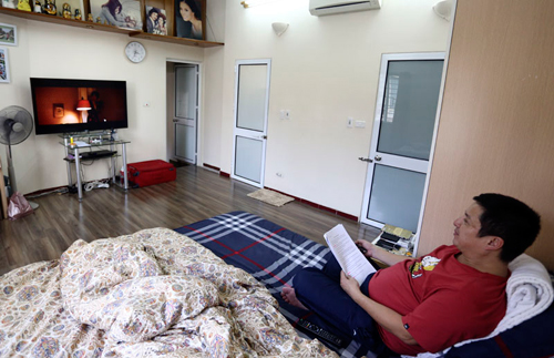 Phòng ngủ của hai vợ chồng anh khá nhỏ và đơn giản.