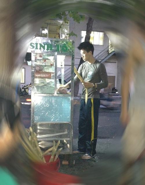 Hình ảnh Việt Dũng thủa còn bán nước mía được người mẫu Trang Trần chụp lại.