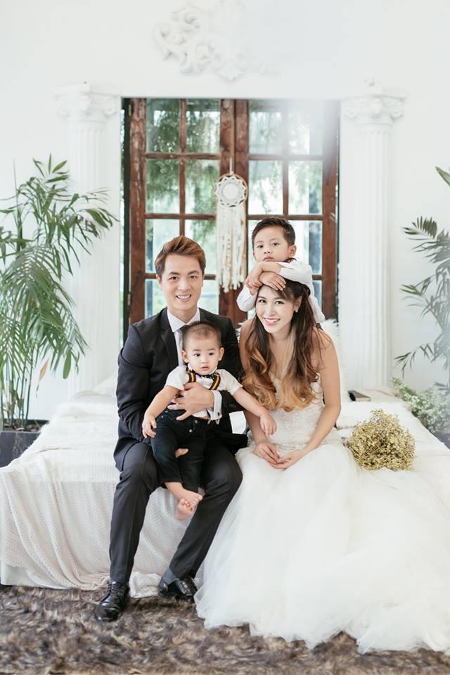 Cặp đôi vừa kỉ niệm 3 năm ngày cưới và 11 năm bên nhau với 2 thiên thần nhỏ.