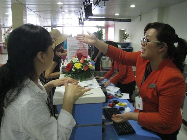 Hành khách làm thủ tục tại sân bay - Ảnh: LÊ NAM