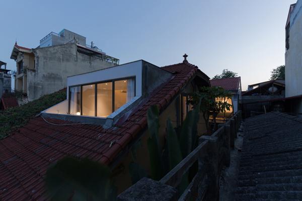 """Họ muốn có một không gian sống thật thoáng đãng, """"dễ thở"""" hơn nhưng không được làm ảnh hưởng quá nhiều tới kiến trúc cổ kính của ngôi nhà cũ."""