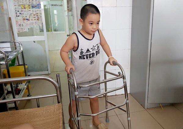 Bệnh nhi tập đi lại sau 10 ngày điều trị tại BV Châm cứu TƯ. Ảnh: T.Hạnh