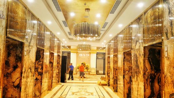 Cửa thang máy, đèn trang trí cũng dát vàng. Được biết, mỗi viên gạch tại khách sạn này đều trải qua quy trình sản xuất với công nghệ dát vàng hiện đại nhất thế giới và được kiểm soát chất lượng chặt chẽ.