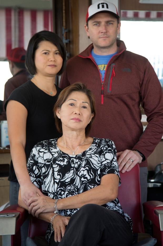 Chị gái, anh rể và mẹ của Michelle Võ.
