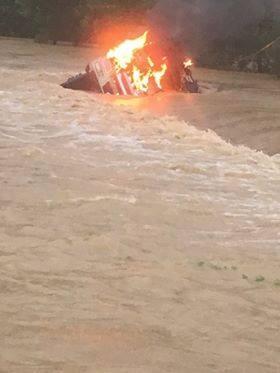 Chiếc xe bốc cháy bị nước ngập hơn nửa xe