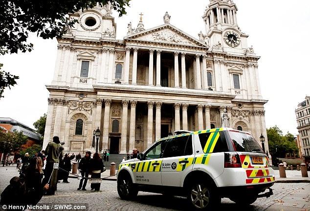 Lực lượng cứu hộ có mặt tại nhà thờ St Paul ngày 11-10. Ảnh: SWNS.com