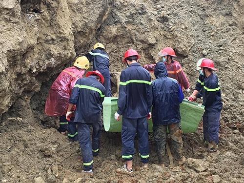 Đội cứu hộ tiếp cận, đưa nạn nhân thứ 10 ra ngoài. Ảnh: Nguyễn Hiệp.