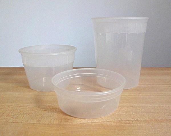 Việc cho hộp nhựa hoặc những đồ dùng bằng nhựa như bát, thìa, đĩa,…vào lò vi sóng có thể gây hậu quả nghiêm trọng.
