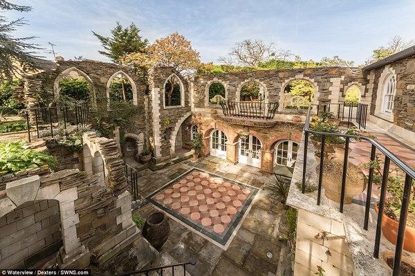 Toàn bộ ngôi nhà được bao quanh bởi những bức tường lớn.