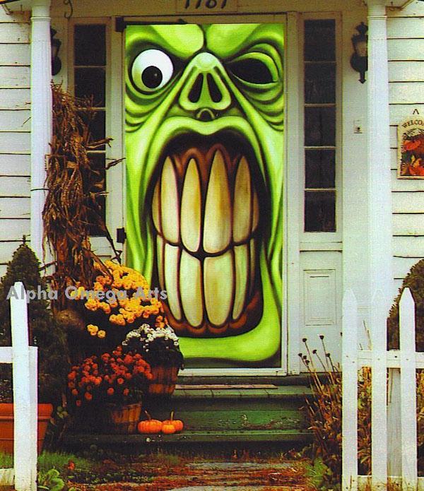 Loại cửa có in hình kinh dị ở bên ngoài cũng sẽ khiến nhà bạn ấn tượng hơn rất nhiều.