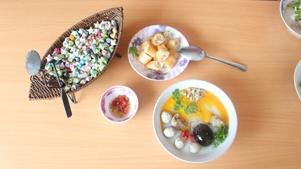 Chén nước chấm ớt xắt và dĩa bánh quẩy cũng là món ăn kèm không thể thiếu, làm dậy lên tất cả hương vị đặc biệt của tô cháo Cô Giang.