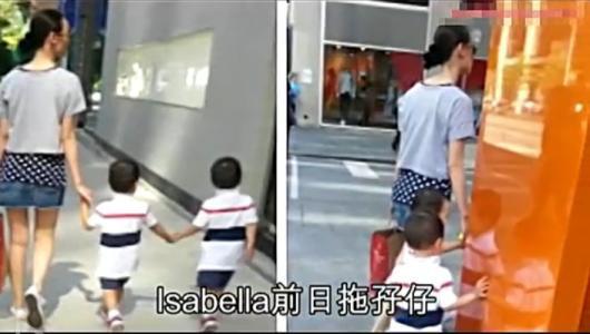 Lương Lạc Thi cùng hai bé song sinh dạo phố năm 2013.