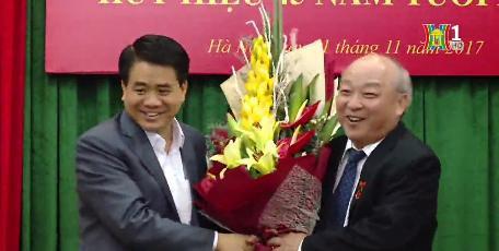 Ông Nguyễn Đức Chung tặng hoa, chúc mừng cựu chủ tịch Hà Nội.