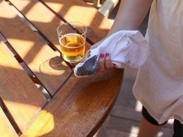 Bia là một dung dịch vệ sinh hoàn hảo cho đồ gỗ trong nhà