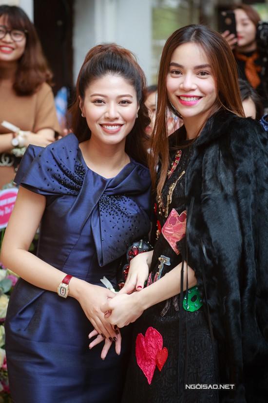 Tại event, Hà Hồ vui vẻ nắm chặt tay BTV Ngọc Trinh trong dịp hội ngộ. Cả hai có mối quan hệ khá thân thiết trong cuộc sống.