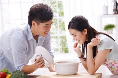 Hãy khen ngợi chồng mỗi khi anh ấy làm việc gì giúp bạn (Ảnh minh họa)
