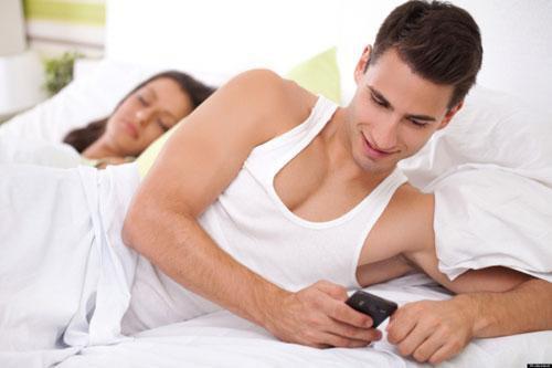 Điện thoại có thể trở thành kẻ thứ ba giết chết hôn nhân (Ảnh minh họa)