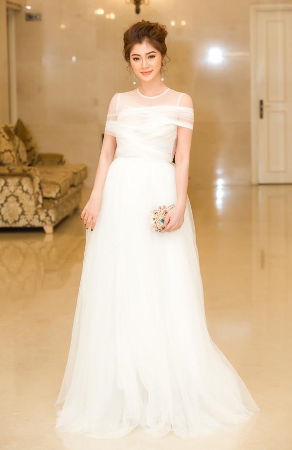 Diễn viên Thanh Trúc diện bộ đầm trắng của nhà thiết kế Nguyễn Minh Công. Thanh Trúc cũng được đề cử hai hạng mục với hai vai diễn trong các phim Đặc vụ ở Ma Cao và Trần Trung kỳ án.