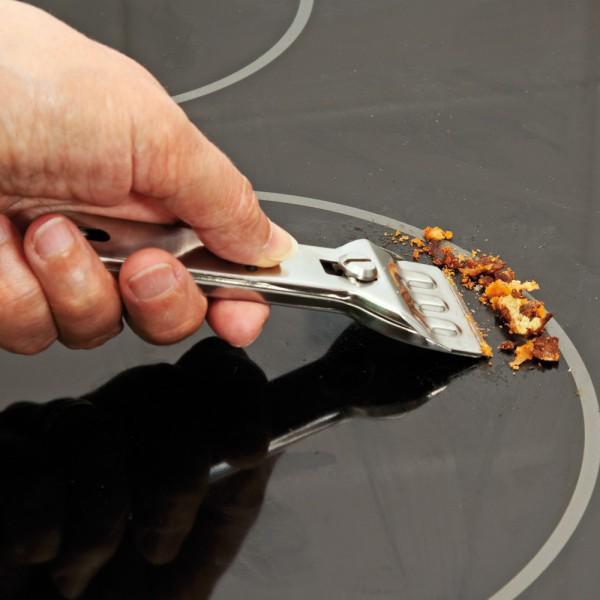 Nên dùng loại dao chuyên dụng để cạo các lớp bẩn trên mặt kính mà không để lại vết xước.
