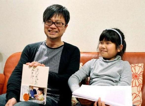 Cô bé Hana-chan và cha vẫn tiếp tục đem thông điệp của người mẹ quá cố chuyển đến mọi người.