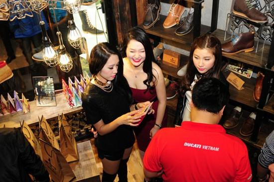 Tuấn Hưng từng tham gia vào kinh doanh nhà hàng ăn uống và bán giày da.