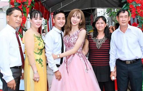 Đôi uyên ương hạnh phúc trong đám cưới, với bố mẹ hai bên.