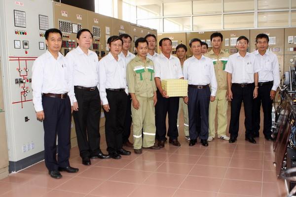 Ông Đặng Phan Tường - Chủ tịch HĐTV EVNNPT thăm và tặng quà công nhân vận hành TBA 500 kV Đà Nẵng.