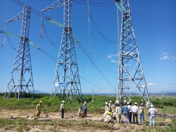 TTĐ Kon Tum thi công căng dây dẫn lấy lại độ võng khoảng néo đường dây 500kV mạch 1 Đà Nẵng - Pleiku