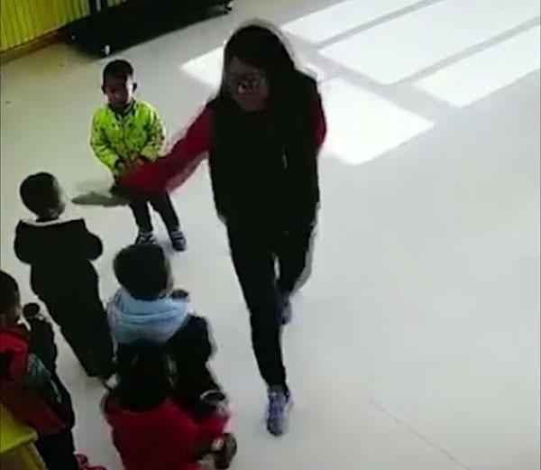 Nữ giáo viên dùng tay tát vào đầu các em còn lại trong lớp.