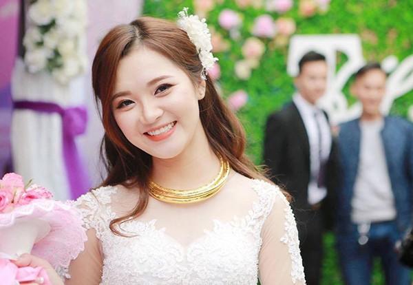 Cô dâu Thu Hương xinh đẹp rạng ngời trong đám cưới.