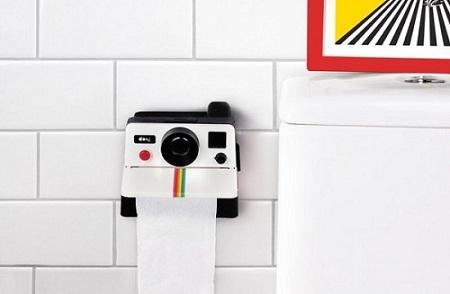 Hộp đựng giấy được thiết kế giống một chiếc máy ảnh Polaroid. Liệu đứng từ xa bạn có bị lầm tưởng là những bức ảnh thật sự sẽ tuôn ra từ khe ảnh này không?.