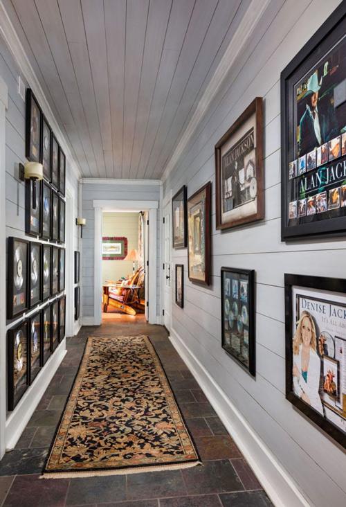 Hành lang là nơi trưng bày các hình ảnh hoặc đĩa nhạc của nam ca sĩ.