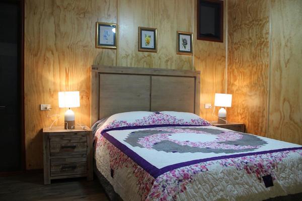 Mỗi phòng ngủ đều được bài trí theo một phong cách khác nhau, với điểm nhấn là những bức tranh thêu tay từ làng nghề truyền thống Hà Đông, Việt Nam.