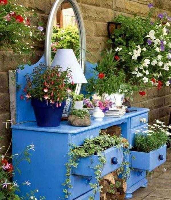 Kể cả bàn trang điểm cũng được tận dụng trồng đủ loại hoa.