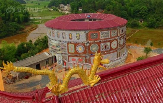 Nhìn từ bên ngoài đã có thể thấy cung điện gốm sứ tuyệt vời được chạm khắc, trang trí tỉ mỉ với các mẫu khảm rồng và chim ưng sáng rực rỡ...