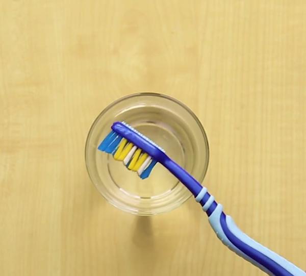 Chỉ ngâm trong nước nóng 15 phút, lông bàn chải đánh răng lại mịn đẹp như mới.