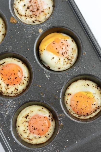 Nếu bạn cần nhiều trứng để chuẩn bị tiệc chẳng hạn, nướng chúng trong khay làm cupcake để có thể làm nhiều quả một đợt nhé.