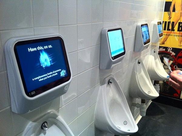 Một hãng thiết bị của Anh đã sản xuất ra loại bồn cầu có thể tự cảm nhận được dòng nước tiểu chảy vào bồn, tự bắt đầu trò chơi để người dùng tham gia và kết thúc trò chơi khi họ đi vệ sinh xong.