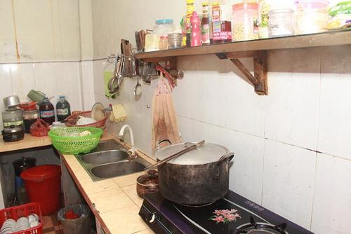 Vật dụng trong bếp đều đơn giản, chỉ đủ dùng.