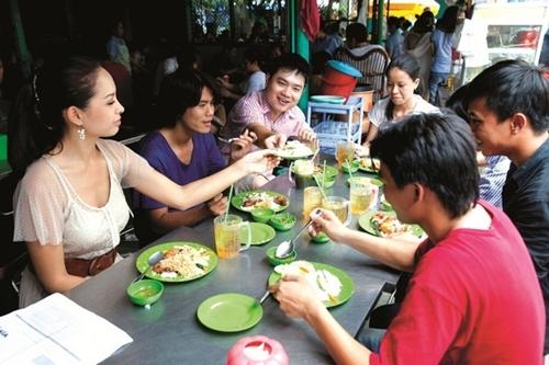 Thay vì gọi sinh tố hay các loại đồ uống khác, cựu mẫu Thúy Hạnh gọi trà đá khi đi ăn cơm tấm cùng bạn bè.