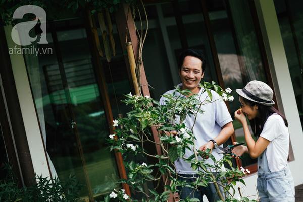 Bé Mỹ Anh cười tươi hạnh phúc cùng bố chăm sóc cho cây xanh trong vườn.