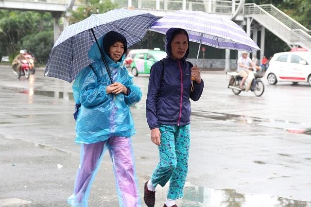 Ngoài áo rét, người dân khi ra đường phải mang kèm theo ô hoặc áo mưa nhỏ.