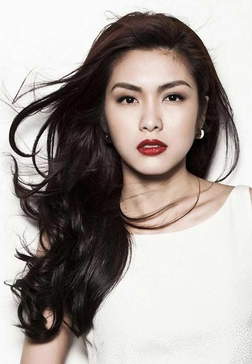 Khi đã lập gia đình và trở thành mẹ của hai con nhỏ, Hà Tăng vẫn khiến nhiều người xuýt xoa vì gương mặt thanh tú cùng vóc dáng mảnh mai cuốn hút.