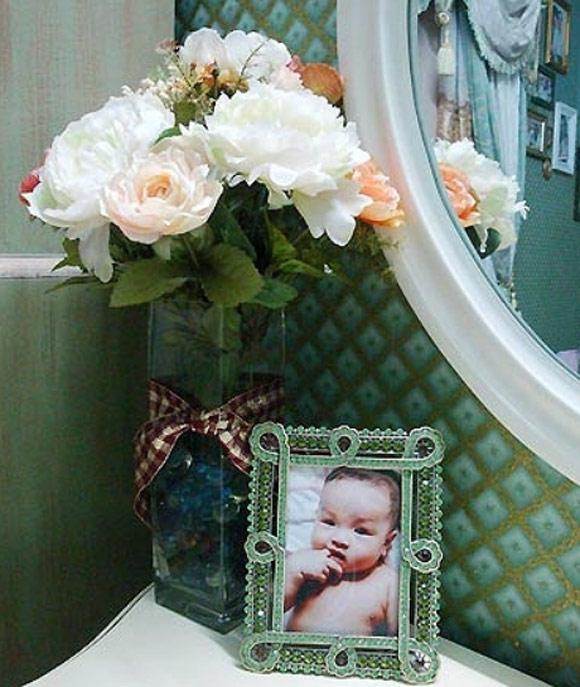 Phòng 2 con gái Thúy Hạnh được trang trí bởi nhiều khung ảnh và hoa.